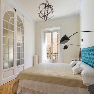 マドリードの大きいコンテンポラリースタイルのおしゃれな主寝室 (黄色い壁、無垢フローリング、暖炉なし) のインテリア