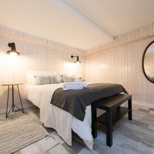 Foto de habitación de invitados industrial con paredes beige, suelo de madera pintada y suelo marrón