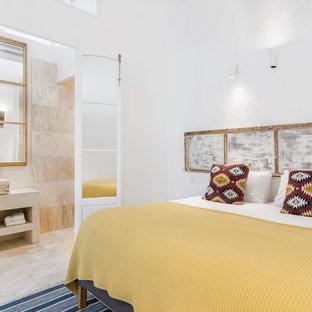 Modelo de dormitorio principal, mediterráneo, sin chimenea, con paredes blancas y suelo beige
