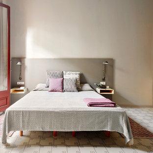 Imagen de dormitorio principal, tradicional renovado, de tamaño medio, sin chimenea, con paredes grises y suelo de baldosas de cerámica