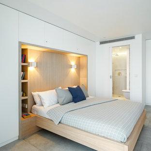 Imagen de dormitorio principal, actual, con paredes blancas y suelo gris