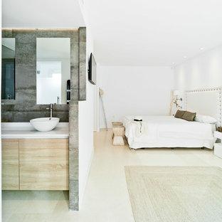 Foto de dormitorio principal, actual, grande, sin chimenea, con paredes blancas y suelo beige