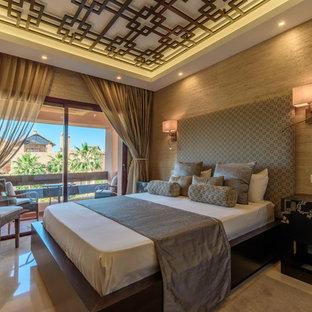 Modelo de dormitorio principal, asiático, grande, con paredes beige, suelo de mármol y suelo beige