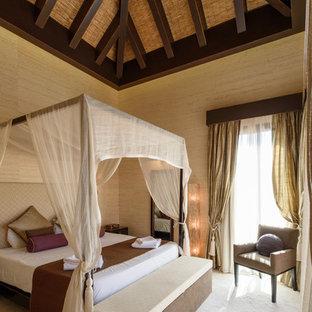 Ejemplo de dormitorio principal, asiático, de tamaño medio, con paredes beige, moqueta y suelo beige