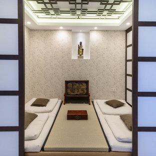 Modelo de dormitorio de estilo zen, pequeño, con paredes multicolor, suelo de bambú y suelo beige