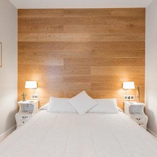 Ejemplo de dormitorio principal, moderno, pequeño, con paredes blancas