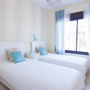 Ejemplo de habitación de invitados marinera con paredes beige y suelo beige
