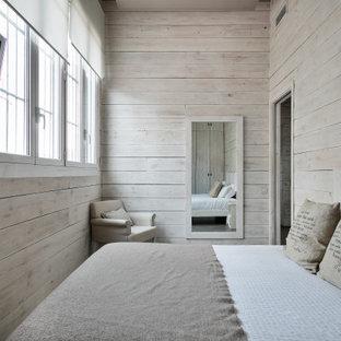 Foto de dormitorio industrial, sin chimenea, con paredes beige