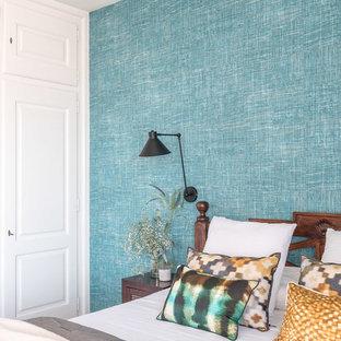 Imagen de dormitorio clásico renovado con paredes azules