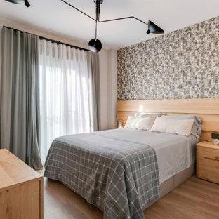 Ejemplo de dormitorio principal y papel pintado, actual, de tamaño medio, papel pintado, con paredes marrones, suelo marrón, papel pintado y suelo de madera en tonos medios
