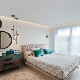 Foto de dormitorio principal, contemporáneo, de tamaño medio, con suelo de madera clara, paredes beige y suelo beige