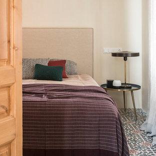 Foto de habitación de invitados mediterránea, de tamaño medio, con paredes beige, suelo de baldosas de porcelana y suelo multicolor