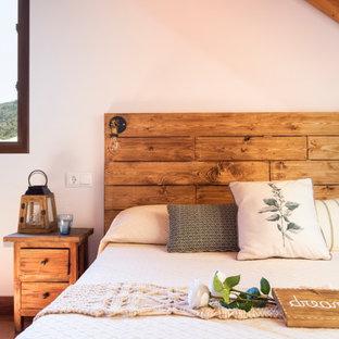 Foto de habitación de invitados urbana, de tamaño medio, con paredes blancas, suelo de baldosas de cerámica y suelo marrón