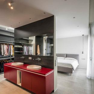 Modelo de dormitorio principal, moderno, con paredes blancas y suelo beige
