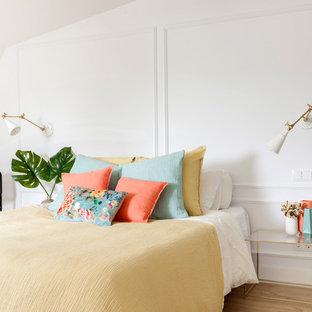 Foto de dormitorio actual con paredes blancas, suelo de madera en tonos medios y suelo marrón