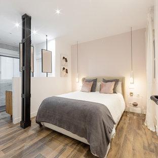 Пример оригинального дизайна: хозяйская спальня в современном стиле с розовыми стенами, полом из керамической плитки и коричневым полом
