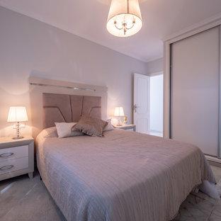 Diseño de dormitorio principal, actual, de tamaño medio, con paredes grises, suelo de mármol y suelo gris