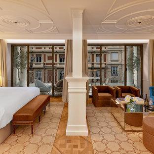 Imagen de dormitorio principal, clásico renovado, con moqueta