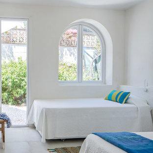 Diseño de dormitorio principal, mediterráneo, de tamaño medio, con paredes blancas, suelo de baldosas de cerámica y suelo blanco