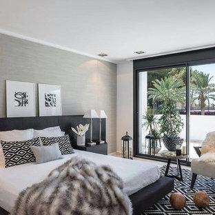Diseño de dormitorio contemporáneo, sin chimenea, con paredes blancas, suelo de madera clara y suelo beige
