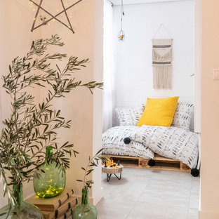Ejemplo de habitación de invitados nórdica, pequeña, con paredes blancas y suelo beige