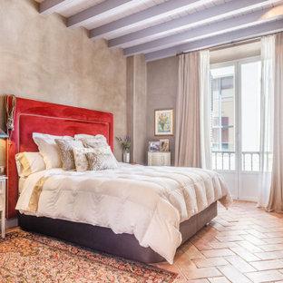 Mediterranes Schlafzimmer mit grauer Wandfarbe, Terrakottaboden, rotem Boden, freigelegten Dachbalken und Holzdielendecke in Sonstige