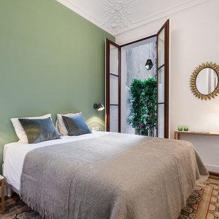Foto de dormitorio mediterráneo con paredes verdes y suelo multicolor