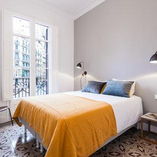 Foto de dormitorio mediterráneo con paredes grises y suelo multicolor