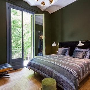 Modelo de dormitorio mediterráneo con paredes verdes y suelo de madera en tonos medios