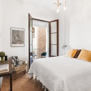Foto de habitación de invitados clásica renovada, de tamaño medio, sin chimenea, con paredes blancas y suelo de madera en tonos medios