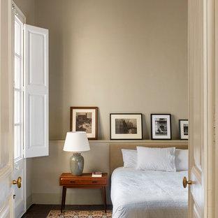 Diseño de dormitorio clásico renovado con paredes marrones y suelo multicolor