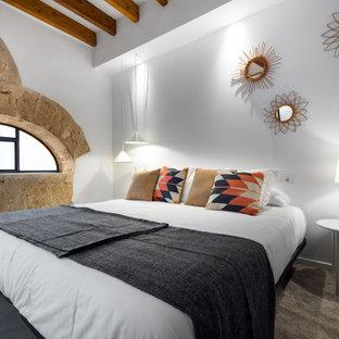 Imagen de dormitorio principal, mediterráneo, grande, con paredes blancas y suelo marrón