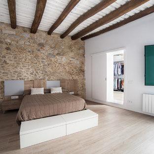 Ejemplo de dormitorio principal, de estilo de casa de campo, grande, con paredes beige