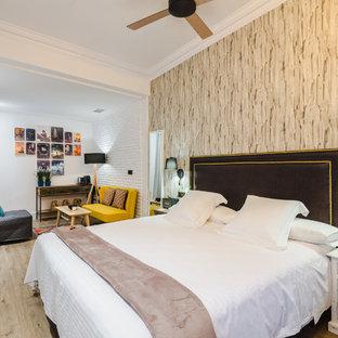 Modelo de dormitorio principal, bohemio, grande, sin chimenea, con paredes blancas y suelo de madera clara