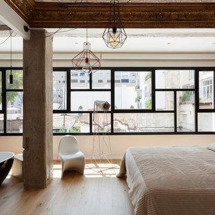 Imagen de dormitorio principal, actual, grande, con paredes blancas, suelo de madera en tonos medios y suelo beige