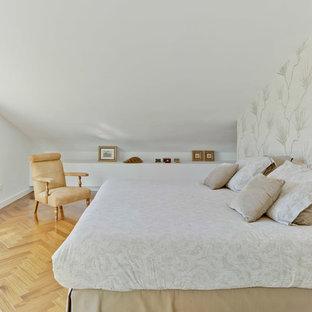 Modelo de dormitorio principal, escandinavo, grande, sin chimenea, con paredes blancas y suelo de madera en tonos medios