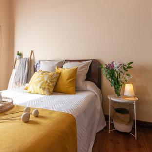 Diseño de dormitorio mediterráneo, de tamaño medio, con paredes beige, suelo de madera en tonos medios y suelo marrón
