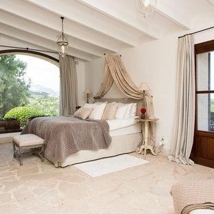 Foto de dormitorio principal, de estilo de casa de campo, sin chimenea, con paredes blancas