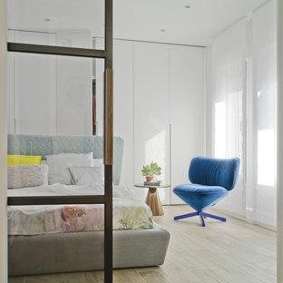 Foto de dormitorio principal, actual, con paredes blancas, suelo de madera clara y suelo beige