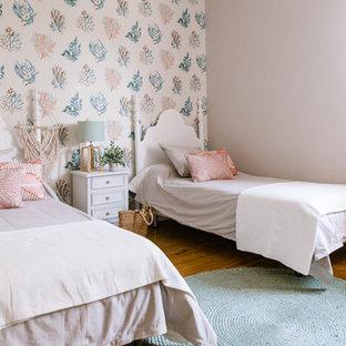 Foto de habitación de invitados costera, sin chimenea, con paredes blancas, suelo de madera en tonos medios y suelo marrón