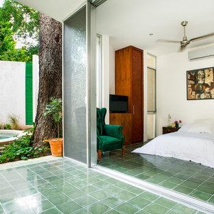 Mediterranes Schlafzimmer mit weißer Wandfarbe und grünem Boden in Mexiko Stadt