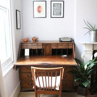 Idée de décoration pour une grande chambre d'amis bohème avec un mur blanc, un sol en bois clair, une cheminée standard, un manteau de cheminée en pierre et un sol blanc.