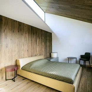 Ejemplo de dormitorio principal, actual, sin chimenea, con paredes blancas y suelo de madera en tonos medios