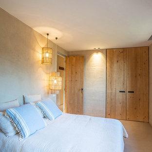 Imagen de dormitorio mediterráneo con paredes beige y suelo beige
