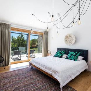 Diseño de dormitorio principal, contemporáneo, grande, sin chimenea, con paredes blancas y suelo de madera en tonos medios