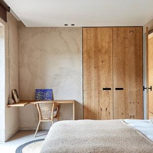 Imagen de habitación de invitados mediterránea, de tamaño medio, sin chimenea, con paredes beige y suelo beige