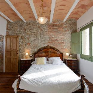Diseño de dormitorio principal, mediterráneo, grande, sin chimenea, con paredes blancas, suelo de madera oscura y suelo marrón