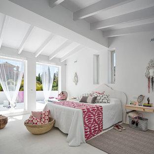 Imagen de dormitorio principal, mediterráneo, grande, sin chimenea, con paredes blancas y suelo blanco