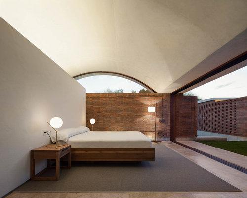 Chambre avec un sol en travertin et un mur beige : Photos et idées ...