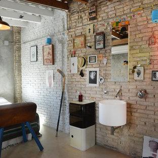 Aménagement d'une chambre mansardée ou avec mezzanine industrielle de taille moyenne avec un mur beige.